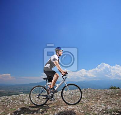 Постер Спорт Мужчины велосипедист на велосипеде, 21x20 см, на бумагеВелосипедисты<br>Постер на холсте или бумаге. Любого нужного вам размера. В раме или без. Подвес в комплекте. Трехслойная надежная упаковка. Доставим в любую точку России. Вам осталось только повесить картину на стену!<br>