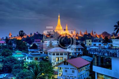 Постер Мьянма (Бирма) Янгон ночьюМьянма (Бирма)<br>Постер на холсте или бумаге. Любого нужного вам размера. В раме или без. Подвес в комплекте. Трехслойная надежная упаковка. Доставим в любую точку России. Вам осталось только повесить картину на стену!<br>