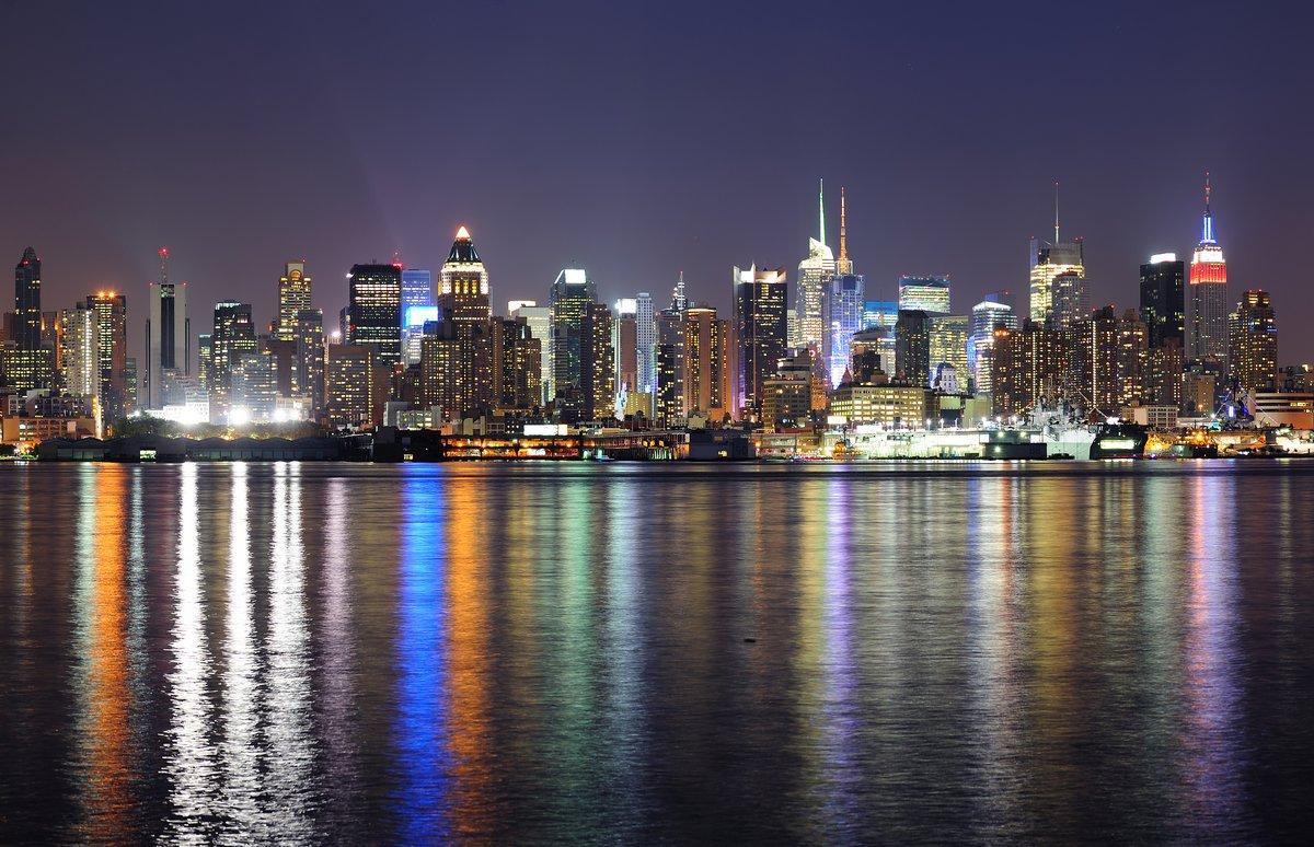 Постер Нью-Йорк Нью-Йорк Manhattan midtown skyline ночьюНью-Йорк<br>Постер на холсте или бумаге. Любого нужного вам размера. В раме или без. Подвес в комплекте. Трехслойная надежная упаковка. Доставим в любую точку России. Вам осталось только повесить картину на стену!<br>