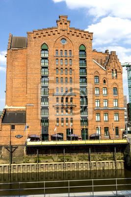 Постер Гамбург Кирпич-выстроились красные дома на Speicherstadt ГамбургГамбург<br>Постер на холсте или бумаге. Любого нужного вам размера. В раме или без. Подвес в комплекте. Трехслойная надежная упаковка. Доставим в любую точку России. Вам осталось только повесить картину на стену!<br>