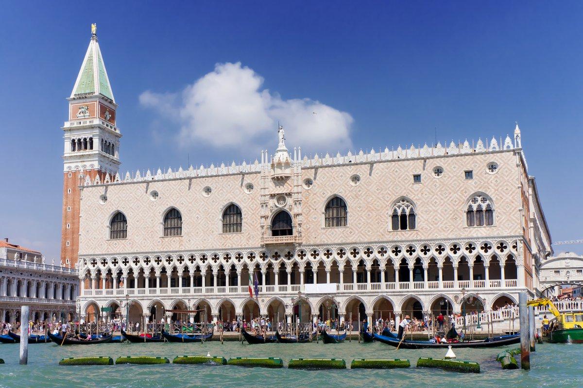 Постер Венеция Площади Сан-Марко и дворец Дожей. Венеция, ИталияВенеция<br>Постер на холсте или бумаге. Любого нужного вам размера. В раме или без. Подвес в комплекте. Трехслойная надежная упаковка. Доставим в любую точку России. Вам осталось только повесить картину на стену!<br>