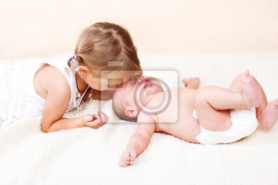Постер Старшая сестра и новорожденного брата, 30x20 см, на бумагеДети<br>Постер на холсте или бумаге. Любого нужного вам размера. В раме или без. Подвес в комплекте. Трехслойная надежная упаковка. Доставим в любую точку России. Вам осталось только повесить картину на стену!<br>