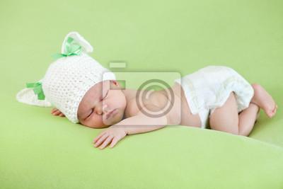 Постер Смешно спящего младенца. Банни шапку на голову девушки.Дети<br>Постер на холсте или бумаге. Любого нужного вам размера. В раме или без. Подвес в комплекте. Трехслойная надежная упаковка. Доставим в любую точку России. Вам осталось только повесить картину на стену!<br>
