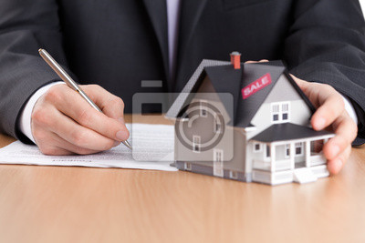 Постер Деятельность Бизнесмен подписывает контракт за дом, архитектурная модель, 30x20 см, на бумагеБизнес<br>Постер на холсте или бумаге. Любого нужного вам размера. В раме или без. Подвес в комплекте. Трехслойная надежная упаковка. Доставим в любую точку России. Вам осталось только повесить картину на стену!<br>