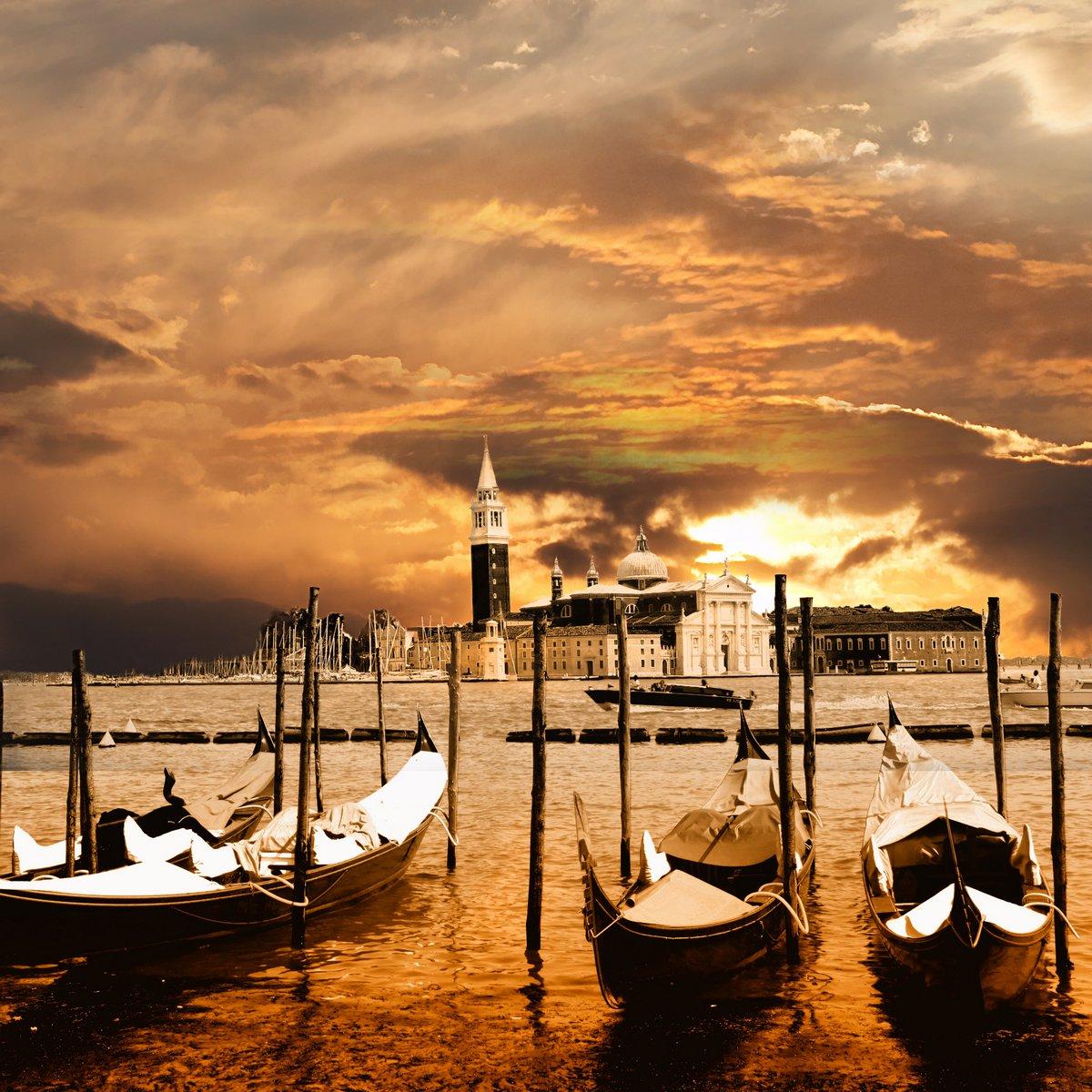 Постер Венеция Закат в ВенецииВенеция<br>Постер на холсте или бумаге. Любого нужного вам размера. В раме или без. Подвес в комплекте. Трехслойная надежная упаковка. Доставим в любую точку России. Вам осталось только повесить картину на стену!<br>