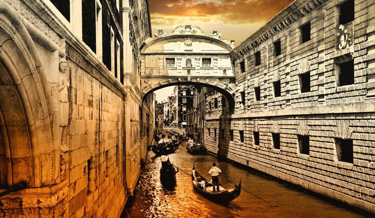 Постер Венеция Венеция, закатВенеция<br>Постер на холсте или бумаге. Любого нужного вам размера. В раме или без. Подвес в комплекте. Трехслойная надежная упаковка. Доставим в любую точку России. Вам осталось только повесить картину на стену!<br>