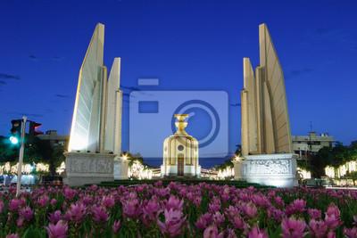 Постер Бангкок Демократия Памятник является государственным памятником в ТаиландеБангкок<br>Постер на холсте или бумаге. Любого нужного вам размера. В раме или без. Подвес в комплекте. Трехслойная надежная упаковка. Доставим в любую точку России. Вам осталось только повесить картину на стену!<br>