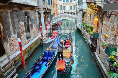 Постер Венеция Типичный городской вид с канала, лодок и домов в ВенецииВенеция<br>Постер на холсте или бумаге. Любого нужного вам размера. В раме или без. Подвес в комплекте. Трехслойная надежная упаковка. Доставим в любую точку России. Вам осталось только повесить картину на стену!<br>