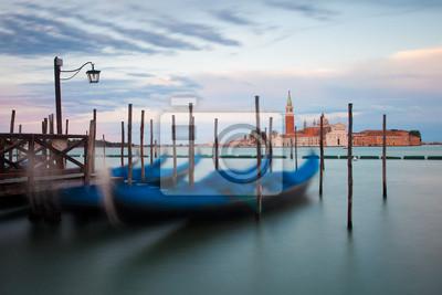 Постер Венеция Гондолы в ВенецииВенеция<br>Постер на холсте или бумаге. Любого нужного вам размера. В раме или без. Подвес в комплекте. Трехслойная надежная упаковка. Доставим в любую точку России. Вам осталось только повесить картину на стену!<br>