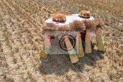 Постер Беларусь Снопы и хлеб нового урожаяБеларусь<br>Постер на холсте или бумаге. Любого нужного вам размера. В раме или без. Подвес в комплекте. Трехслойная надежная упаковка. Доставим в любую точку России. Вам осталось только повесить картину на стену!<br>