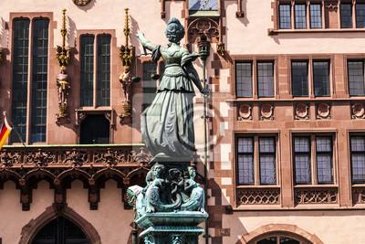Постер Франкфурт Статуя леди справедливости перед Ремер во ФранкфуртеФранкфурт<br>Постер на холсте или бумаге. Любого нужного вам размера. В раме или без. Подвес в комплекте. Трехслойная надежная упаковка. Доставим в любую точку России. Вам осталось только повесить картину на стену!<br>