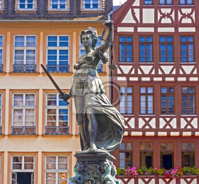 Постер Франкфурт Статуя Леди Справедливости перед Ромер во ФранкфуртеФранкфурт<br>Постер на холсте или бумаге. Любого нужного вам размера. В раме или без. Подвес в комплекте. Трехслойная надежная упаковка. Доставим в любую точку России. Вам осталось только повесить картину на стену!<br>
