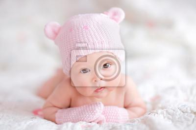 Постер Новорожденной девочки в розовом трикотажные шляпу,Дети<br>Постер на холсте или бумаге. Любого нужного вам размера. В раме или без. Подвес в комплекте. Трехслойная надежная упаковка. Доставим в любую точку России. Вам осталось только повесить картину на стену!<br>