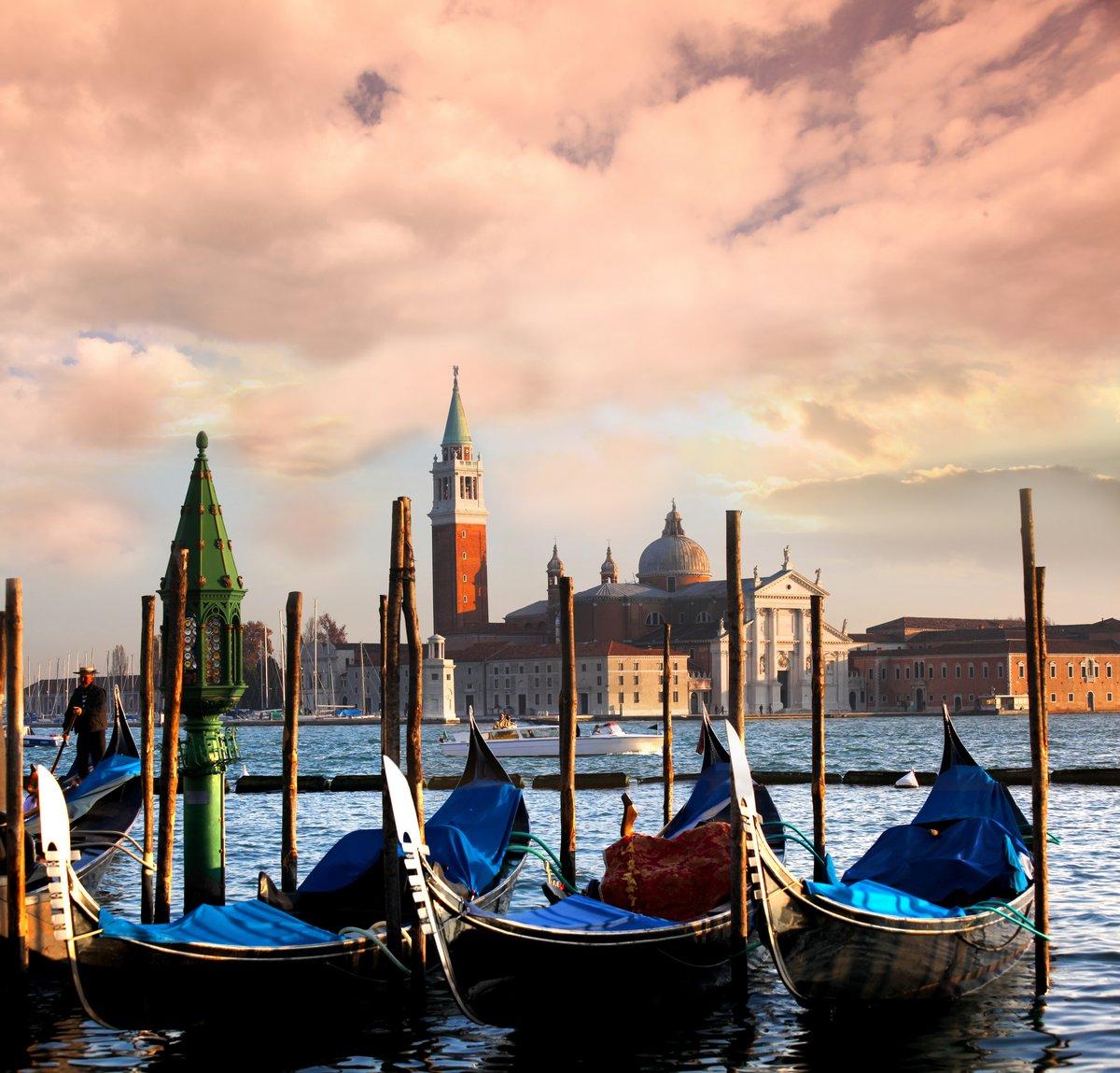 Постер Венеция Венеция с гондол на большом канале в ИталииВенеция<br>Постер на холсте или бумаге. Любого нужного вам размера. В раме или без. Подвес в комплекте. Трехслойная надежная упаковка. Доставим в любую точку России. Вам осталось только повесить картину на стену!<br>