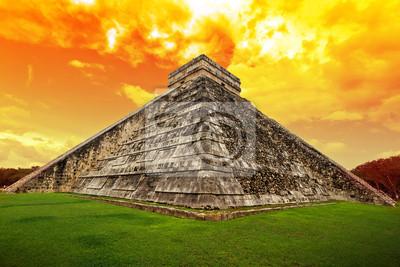 Постер Мехико Удивительное небо над Кукулькан пирамиды в Чичен-ице, МексикаМехико<br>Постер на холсте или бумаге. Любого нужного вам размера. В раме или без. Подвес в комплекте. Трехслойная надежная упаковка. Доставим в любую точку России. Вам осталось только повесить картину на стену!<br>