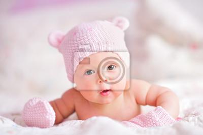 Постер Новорожденной девочки в розовом шляпу и варежкиДети<br>Постер на холсте или бумаге. Любого нужного вам размера. В раме или без. Подвес в комплекте. Трехслойная надежная упаковка. Доставим в любую точку России. Вам осталось только повесить картину на стену!<br>