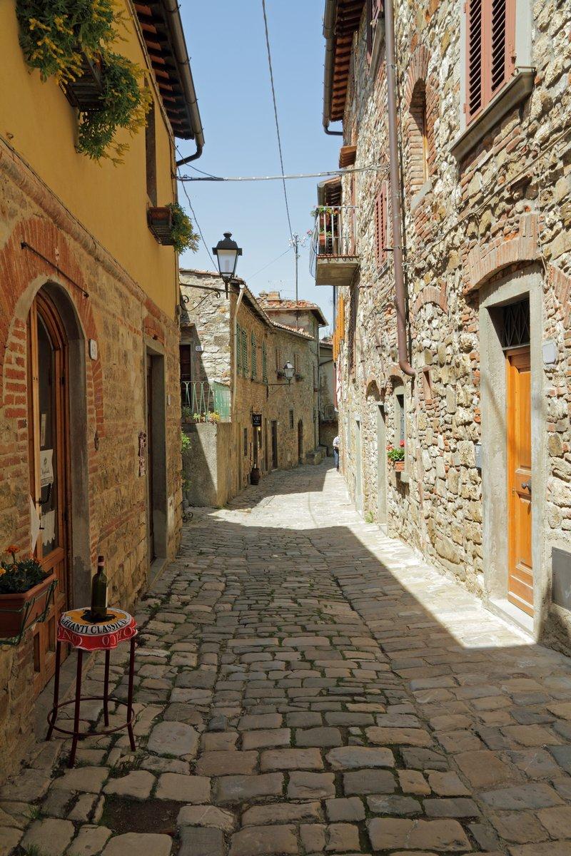 Постер Тоскана Узкой каменистой улице в тосканском borgo MontefioralleТоскана<br>Постер на холсте или бумаге. Любого нужного вам размера. В раме или без. Подвес в комплекте. Трехслойная надежная упаковка. Доставим в любую точку России. Вам осталось только повесить картину на стену!<br>