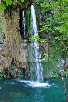 Постер Водопады Красивый водопад в Плитвице, ХорватияВодопады<br>Постер на холсте или бумаге. Любого нужного вам размера. В раме или без. Подвес в комплекте. Трехслойная надежная упаковка. Доставим в любую точку России. Вам осталось только повесить картину на стену!<br>