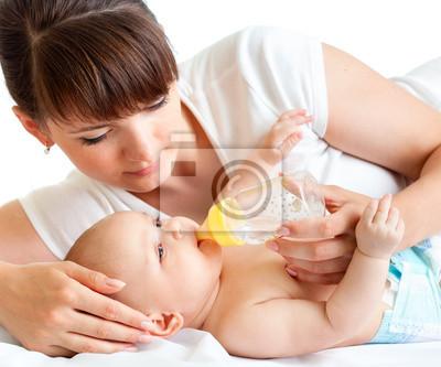 Постер Молодая мама кормит ее прелестный ребенокДети<br>Постер на холсте или бумаге. Любого нужного вам размера. В раме или без. Подвес в комплекте. Трехслойная надежная упаковка. Доставим в любую точку России. Вам осталось только повесить картину на стену!<br>