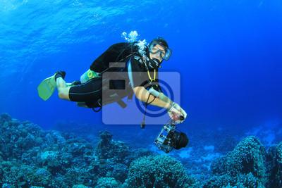 Постер Египет Женщины Scuba Diver исследует коралловых рифовЕгипет<br>Постер на холсте или бумаге. Любого нужного вам размера. В раме или без. Подвес в комплекте. Трехслойная надежная упаковка. Доставим в любую точку России. Вам осталось только повесить картину на стену!<br>