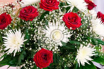 Постер Астры Красные розы и белые хризантемыАстры<br>Постер на холсте или бумаге. Любого нужного вам размера. В раме или без. Подвес в комплекте. Трехслойная надежная упаковка. Доставим в любую точку России. Вам осталось только повесить картину на стену!<br>