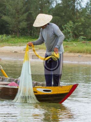 Постер Вьетнам Рыбака-рыбалка с большой чистый в реке во ВьетнамеВьетнам<br>Постер на холсте или бумаге. Любого нужного вам размера. В раме или без. Подвес в комплекте. Трехслойная надежная упаковка. Доставим в любую точку России. Вам осталось только повесить картину на стену!<br>