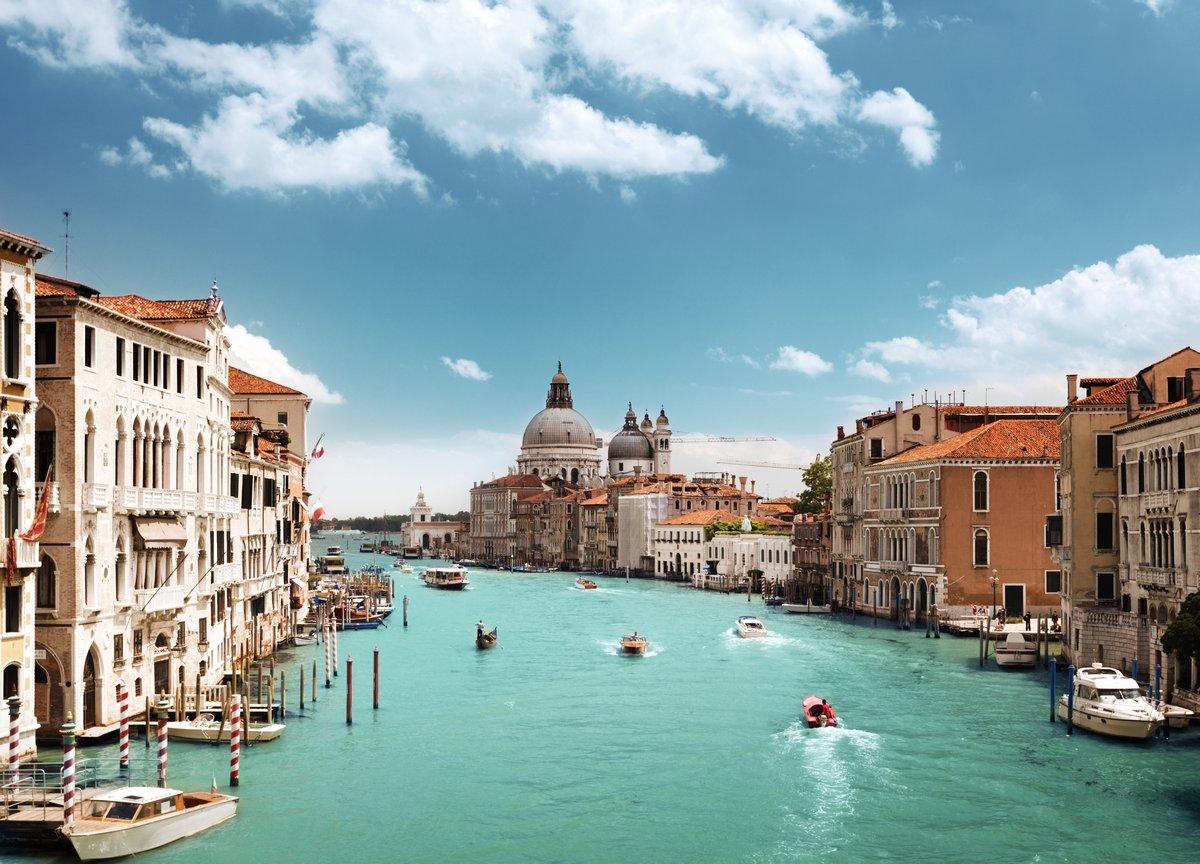 Постер Венеция Гранд-Канал и базилики Санта-Мария-делла-Салюте, Венеция, ИталияВенеция<br>Постер на холсте или бумаге. Любого нужного вам размера. В раме или без. Подвес в комплекте. Трехслойная надежная упаковка. Доставим в любую точку России. Вам осталось только повесить картину на стену!<br>