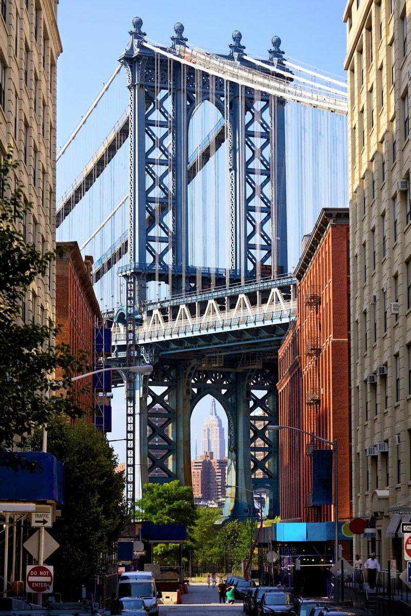Постер Нью-Йорк Манхэттенский Мост и Эмпайр-Стейт-Билдинг, Нью-ЙоркНью-Йорк<br>Постер на холсте или бумаге. Любого нужного вам размера. В раме или без. Подвес в комплекте. Трехслойная надежная упаковка. Доставим в любую точку России. Вам осталось только повесить картину на стену!<br>