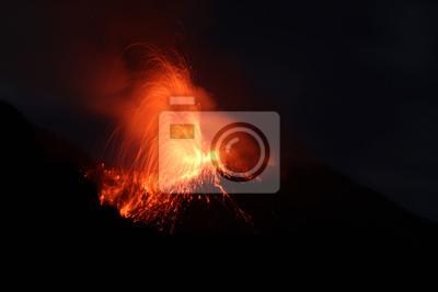 Постер Вулканы Поздно ночью извержение в кратере вулканаВулканы<br>Постер на холсте или бумаге. Любого нужного вам размера. В раме или без. Подвес в комплекте. Трехслойная надежная упаковка. Доставим в любую точку России. Вам осталось только повесить картину на стену!<br>