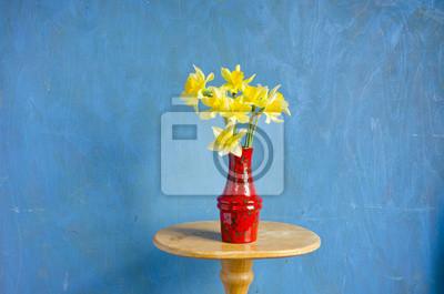Постер Нарциссы Красная ваза с весенние нарциссы на столеНарциссы<br>Постер на холсте или бумаге. Любого нужного вам размера. В раме или без. Подвес в комплекте. Трехслойная надежная упаковка. Доставим в любую точку России. Вам осталось только повесить картину на стену!<br>