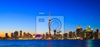Постер Торонто Сцена из Торонто skyline от центрального ОстроваТоронто<br>Постер на холсте или бумаге. Любого нужного вам размера. В раме или без. Подвес в комплекте. Трехслойная надежная упаковка. Доставим в любую точку России. Вам осталось только повесить картину на стену!<br>