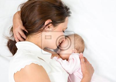 Постер Счастливая мать груди кормить ее младенцевДети<br>Постер на холсте или бумаге. Любого нужного вам размера. В раме или без. Подвес в комплекте. Трехслойная надежная упаковка. Доставим в любую точку России. Вам осталось только повесить картину на стену!<br>