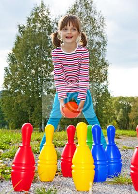 Счастливая маленькая девочка, играя в боулинг в парке, 20x28 см, на бумагеБоулинг<br>Постер на холсте или бумаге. Любого нужного вам размера. В раме или без. Подвес в комплекте. Трехслойная надежная упаковка. Доставим в любую точку России. Вам осталось только повесить картину на стену!<br>