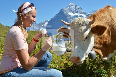 Постер Животные Девушка с кувшином молока и корова. Швейцария, 30x20 см, на бумагеКоровы<br>Постер на холсте или бумаге. Любого нужного вам размера. В раме или без. Подвес в комплекте. Трехслойная надежная упаковка. Доставим в любую точку России. Вам осталось только повесить картину на стену!<br>