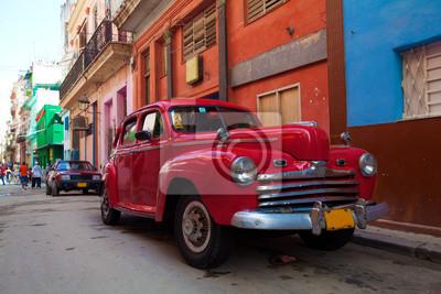 Постер Куба Винтаж красный автомобиль на улице старого города, Гавана, КубаКуба<br>Постер на холсте или бумаге. Любого нужного вам размера. В раме или без. Подвес в комплекте. Трехслойная надежная упаковка. Доставим в любую точку России. Вам осталось только повесить картину на стену!<br>