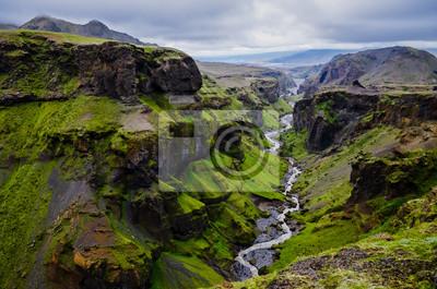 Постер Горы Thorsmork горы ущелье и река, рядом с Skogar, ИсландияГоры<br>Постер на холсте или бумаге. Любого нужного вам размера. В раме или без. Подвес в комплекте. Трехслойная надежная упаковка. Доставим в любую точку России. Вам осталось только повесить картину на стену!<br>
