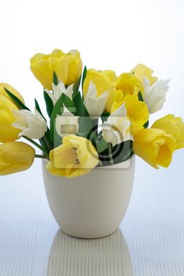 Постер Тюльпаны Букет из желтых и белых тюльпанов в вазе на белом фонеТюльпаны<br>Постер на холсте или бумаге. Любого нужного вам размера. В раме или без. Подвес в комплекте. Трехслойная надежная упаковка. Доставим в любую точку России. Вам осталось только повесить картину на стену!<br>