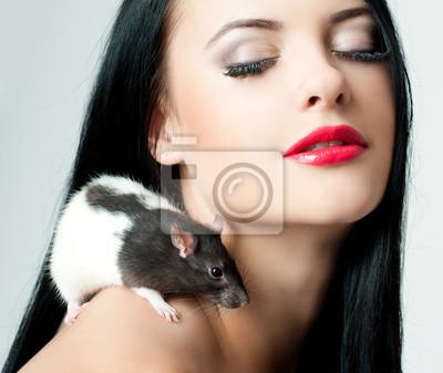 Красивая женщина с крысой, 24x20 см, на бумагеМыши<br>Постер на холсте или бумаге. Любого нужного вам размера. В раме или без. Подвес в комплекте. Трехслойная надежная упаковка. Доставим в любую точку России. Вам осталось только повесить картину на стену!<br>