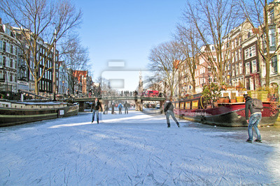 Постер Голландия Катание на коньках по каналам в Амстердаме, Нидерланды зимойГолландия<br>Постер на холсте или бумаге. Любого нужного вам размера. В раме или без. Подвес в комплекте. Трехслойная надежная упаковка. Доставим в любую точку России. Вам осталось только повесить картину на стену!<br>