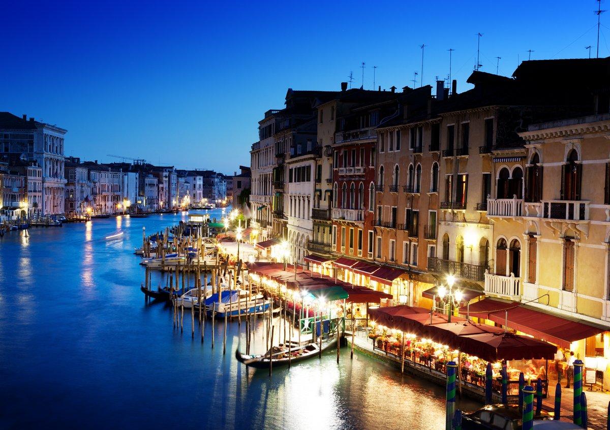Постер Венеция Гранд Канал в Венеции, Италия на закатеВенеция<br>Постер на холсте или бумаге. Любого нужного вам размера. В раме или без. Подвес в комплекте. Трехслойная надежная упаковка. Доставим в любую точку России. Вам осталось только повесить картину на стену!<br>
