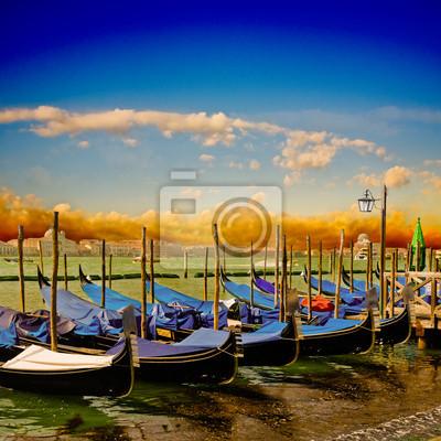 Постер Венеция Ряд гондолы в ВенецииВенеция<br>Постер на холсте или бумаге. Любого нужного вам размера. В раме или без. Подвес в комплекте. Трехслойная надежная упаковка. Доставим в любую точку России. Вам осталось только повесить картину на стену!<br>
