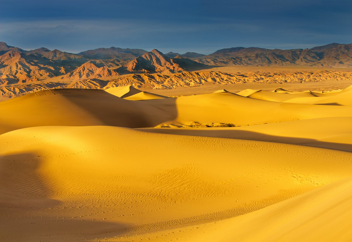 Постер Пейзаж песчаный Рассвет на меските Дюны в Долине СмертиПейзаж песчаный<br>Постер на холсте или бумаге. Любого нужного вам размера. В раме или без. Подвес в комплекте. Трехслойная надежная упаковка. Доставим в любую точку России. Вам осталось только повесить картину на стену!<br>