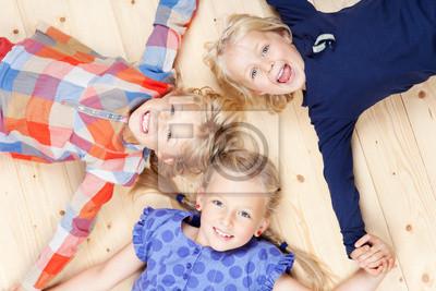 Постер Праздники Drei m?dchen halten удар, 30x20 см, на бумаге06.01 Международный день защиты детей<br>Постер на холсте или бумаге. Любого нужного вам размера. В раме или без. Подвес в комплекте. Трехслойная надежная упаковка. Доставим в любую точку России. Вам осталось только повесить картину на стену!<br>