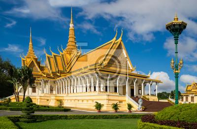 Постер Камбоджа Королевский дворец в ПномпенеКамбоджа<br>Постер на холсте или бумаге. Любого нужного вам размера. В раме или без. Подвес в комплекте. Трехслойная надежная упаковка. Доставим в любую точку России. Вам осталось только повесить картину на стену!<br>