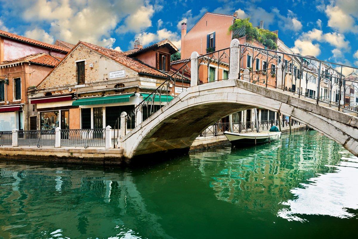 Постер Венеция Вид на ВенециюВенеция<br>Постер на холсте или бумаге. Любого нужного вам размера. В раме или без. Подвес в комплекте. Трехслойная надежная упаковка. Доставим в любую точку России. Вам осталось только повесить картину на стену!<br>