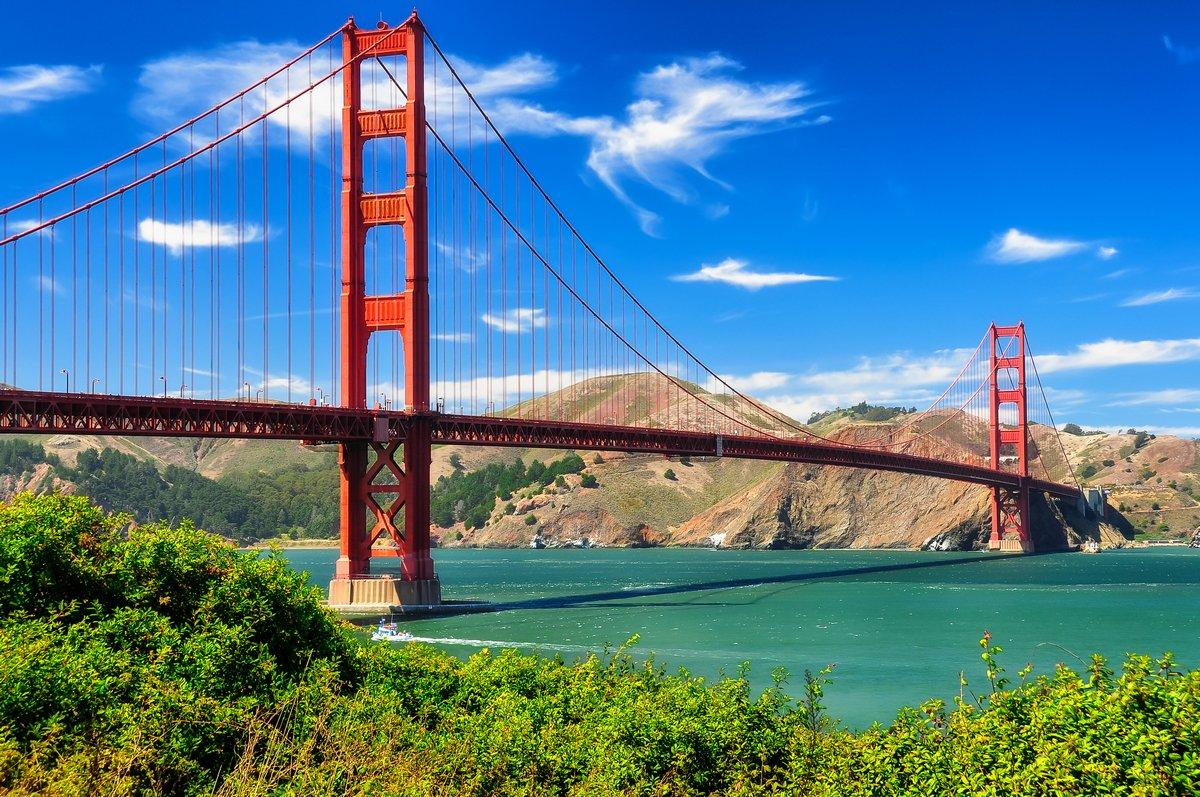 Постер Сан-Франциско Мост  золотые ворота  яркий день, пейзаж, Сан-ФранцискоСан-Франциско<br>Постер на холсте или бумаге. Любого нужного вам размера. В раме или без. Подвес в комплекте. Трехслойная надежная упаковка. Доставим в любую точку России. Вам осталось только повесить картину на стену!<br>