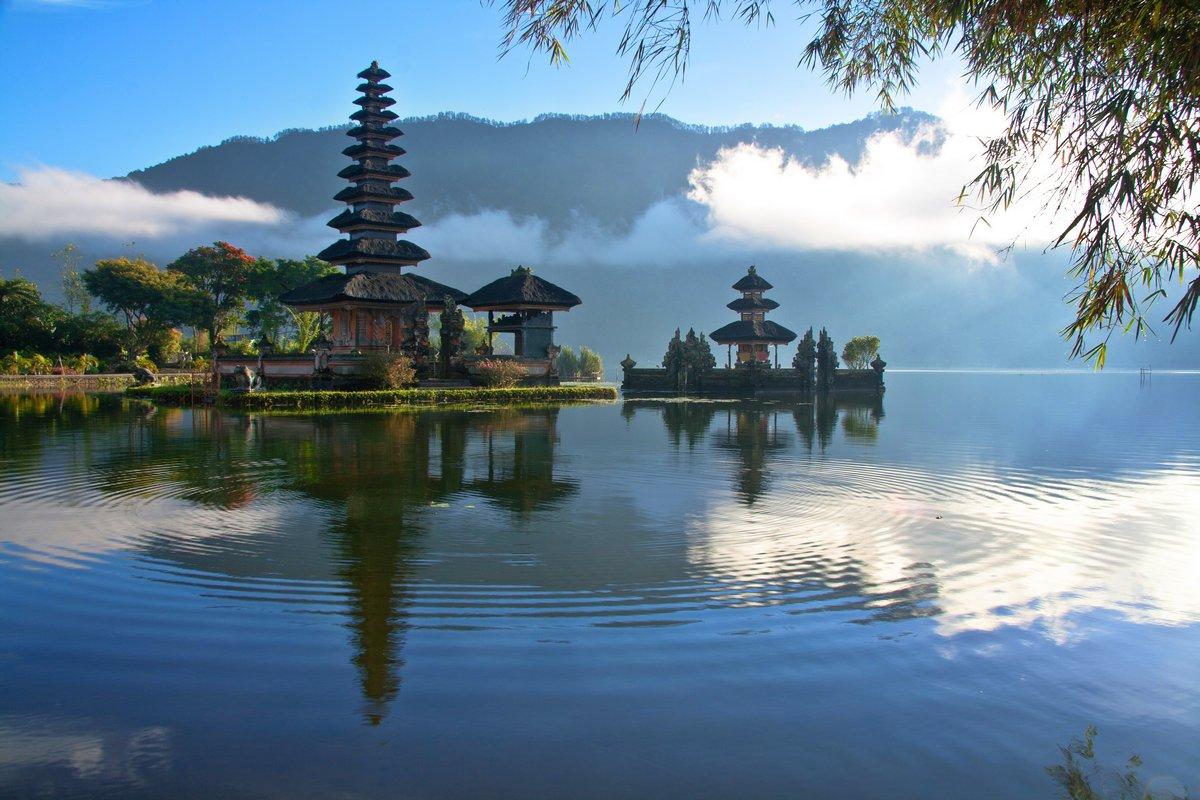 Постер Индонезия Мирный вид на Озеро на Бали, ИндонезияИндонезия<br>Постер на холсте или бумаге. Любого нужного вам размера. В раме или без. Подвес в комплекте. Трехслойная надежная упаковка. Доставим в любую точку России. Вам осталось только повесить картину на стену!<br>