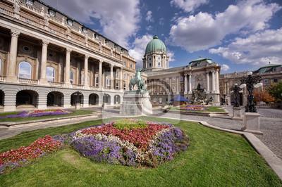 Постер Будапешт Цветочный сад Королевского дворца в Будапеште, ВенгрияБудапешт<br>Постер на холсте или бумаге. Любого нужного вам размера. В раме или без. Подвес в комплекте. Трехслойная надежная упаковка. Доставим в любую точку России. Вам осталось только повесить картину на стену!<br>