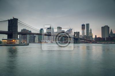 Постер Нью-Йорк Бруклинский мост и Манхеттен на закатеНью-Йорк<br>Постер на холсте или бумаге. Любого нужного вам размера. В раме или без. Подвес в комплекте. Трехслойная надежная упаковка. Доставим в любую точку России. Вам осталось только повесить картину на стену!<br>
