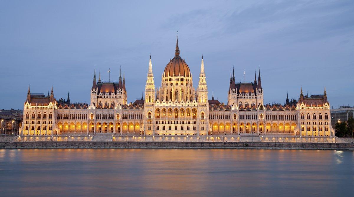 Постер Будапешт Будапешт - парламент в сумеркахБудапешт<br>Постер на холсте или бумаге. Любого нужного вам размера. В раме или без. Подвес в комплекте. Трехслойная надежная упаковка. Доставим в любую точку России. Вам осталось только повесить картину на стену!<br>